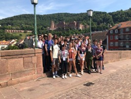 A group of ISH-students in 2017 on the old bridge in Heidelberg. (Photo: Rothe)